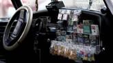Pemilik meletakan perman dan bungkus rokok atas kecintaanta pada VW Beetle. (AP Photo/Cristina Baussan)