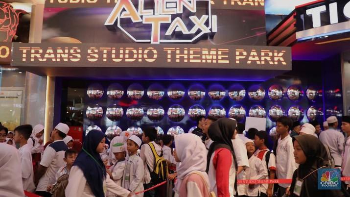 Ribuan anak yatim mengunjungi wahana Trans Studio Theme Park, Cibubur, Kamis (11/7/2019), sebelum wahana ini dibuka untuk umum pada 12 Juli.