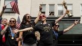 Para penggawa timnas AS mengekspresikan sukses mereka juara Piala Dunia Wanita dua kali beruntun. (REUTERS/Mike Segar TPX IMAGES OF THE DAY)