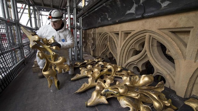 Pekerja memulai pemasangan dekorasi di dalam ruangan Menara Elizabeth. (UK Parliament/Mark Duffy/Handout via REUTERS)
