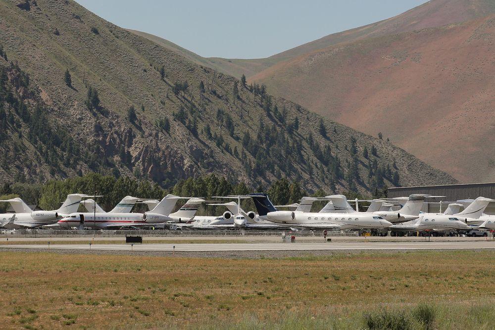Sejumlah Jet pribadi terparkir di Bandara Friedman Memorialsaatpertemuantahunan Allen and Co. Sun Valley berlangsung di Sun Valley, Idaho, AS, (9/7/2019). Pesawat-pesawat jet tersebut adalah milik para orang-orang kaya yang hadir dalam acara tersebut. (REUTERS / Brendan McDermid)