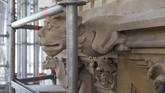 Pembersihan patung-patung yang menghiasi Menara Elizabeth. (UK Parliament/Mark Duffy/Handout via REUTERS)