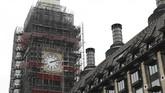Pekerja melakukan renovasi Menara Elizabeth atau yang populer disebut Big Ben, yang berada dalam komplek Gedung Parlemen Inggris di Westminster, London. (Tolga AKMEN / AFP)