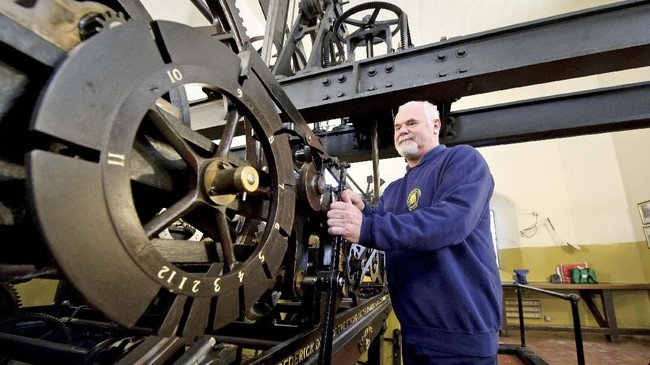 Teknisi jam, Ian Westworth, melakukan pengecekan mesin jam Big Ben. (UK Parliament/Handout via REUTERS)