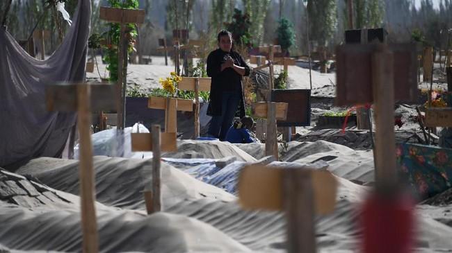 Aparat keamanan China di Xinjiang menggunakan segala cara untuk menghalangi para jurnalis yang hendak meliput kamp khusus etnis Uighur. Mulai dari menyebar mata-mata untuk membuntuti sampai membuat kecelakaan palsu untuk menghambat para pewarta. (Photo by Greg Baker / AFP)