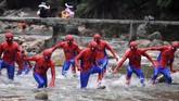 Para peserta berpakaian pahlawan super Spiderman dalam acara cosplat di Taman Nasional Jiulongjiang, Chenzhou, Provinsi Hunan, China. (Yang Huafeng/CNS via Reuters)