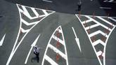 Polisi berjaga di dekat lokasi pertemuan KTT G-20 di Osaka, Jepang, akhir Juni lalu. (AP/Eugene Hoshiko)