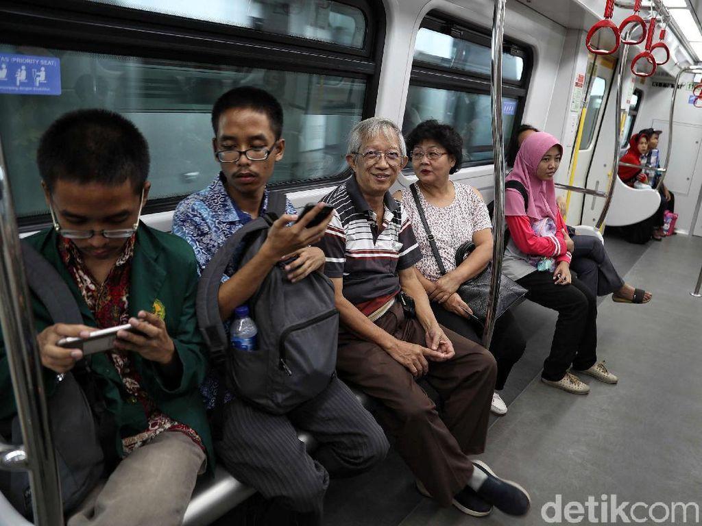 Warga tampak senang menjajal Lintas Rel Terpadu (LRT) Jakarta.