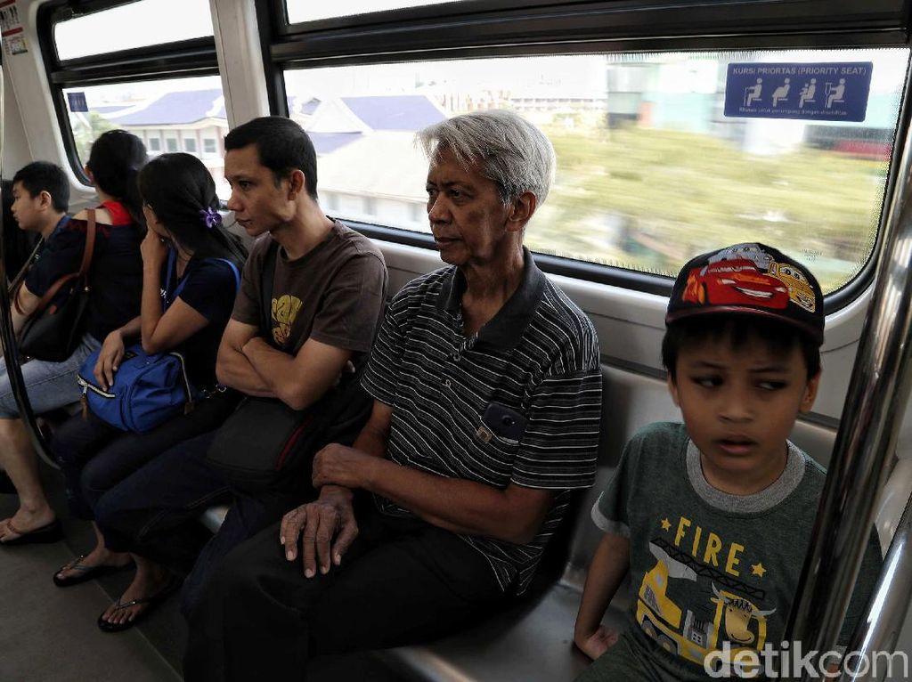 Dengan total penumpang yang dibawa selama sebulan sebanyak 211.000 orang, maka secara rata-rata jumlah penumpang harian LRT Jakarta sekitar 7.000-an orang.