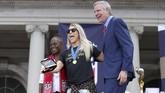 Gelandang timnas Amerika Serikat Julie Ertz Walikota New York Bill de Blasio (kanan) beserta sang istri,Chirlane McCray.(Mandatory Credit: Brad Penner-USA TODAY Sports)