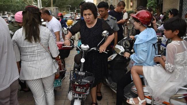 Pemerintah China mengakui telah menahan hampir 13 ribu orang di Xinjiang sejak 2014 dengan dalih bagian dari upaya deradikalisasi yang menargetkan umat Muslim. (Photo by Greg Baker / AFP)