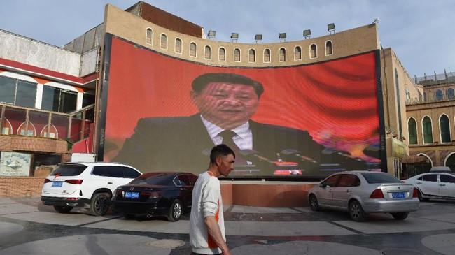 Pemerintah China dilaporkan mulai menerapkan kebijakan program kawin campur untuk perlahan-lahan menggerus eksistensi etnis Uighur di provinsi Xinjiang. Mereka juga memberi kemudahan untuk anak-anak hasil kawin campur masuk universitas negeri. (Photo by Greg Baker / AFP)