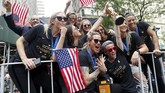 Para penggawa AS seperti Megan Rapinoe, Ashlyn Harris dan Alex Morgan parade juara dari atas bus. (REUTERS/Mike Segar)