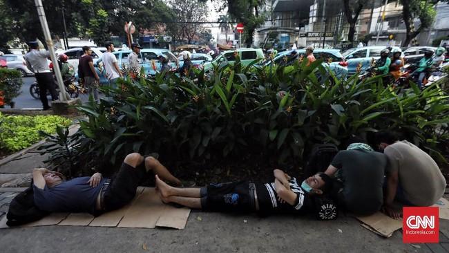 UNHCR membujuk pemerintah Indonesia untuk bisa membantu pengungsi asing mencari pemasukan dan bertahan hidup tanpa bergantung pada bantuan. Sebab, selama ini para pengungsi hidup serba sulit bahkan hingga terpaksa menggelandang. (CNN Indonesia/Hesti Rika)