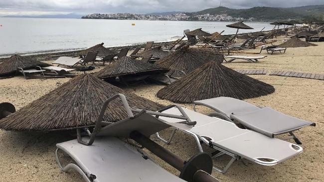 Angin topan dan badai es melanda wilayah utara Yunani pada Rabu (10/7). Badai merusak sejumlah bangunan di lokasi wisata di wilayah pesisir pantai Porto Carras, Halkidki. (REUTERS/Iona Serrapica)