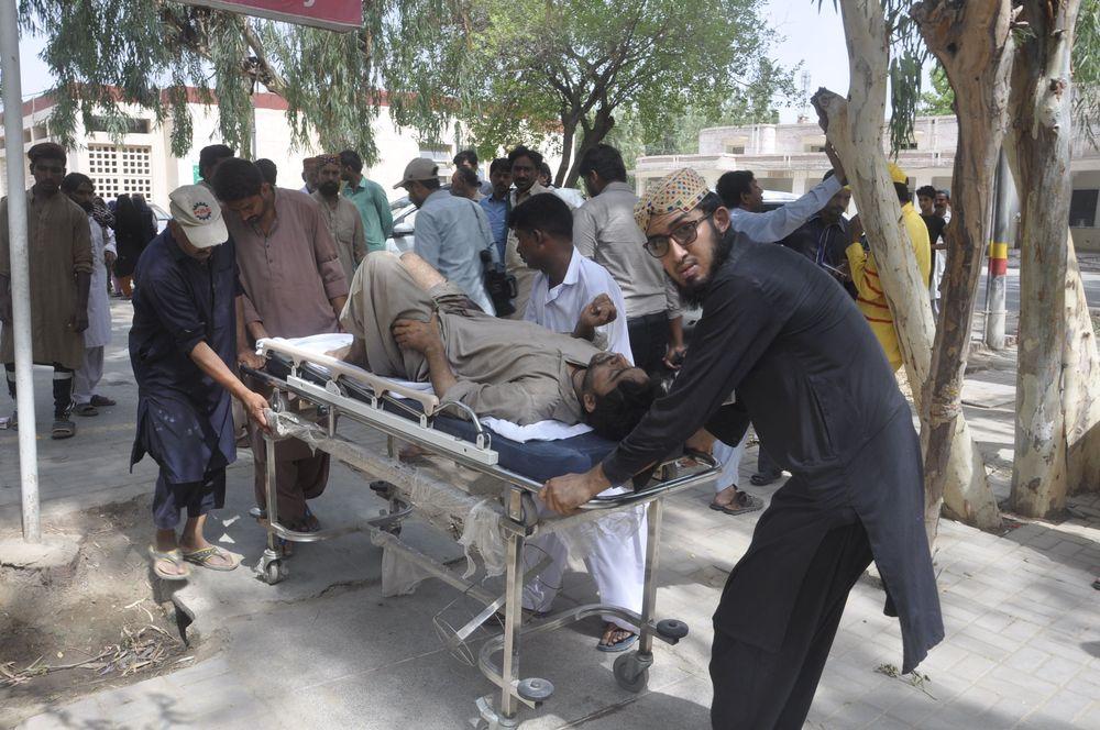 Dilangsir dari AP terdapat 20 orang tewas dalam kecelakaan kereta api dan 74 lainnya luka-luka, dan beberapa dalam kondisi kritis, menurut Javed Ahmed, seorang dokter yang merawat mereka yang terluka. (AP Photo/Waleed Saddique)