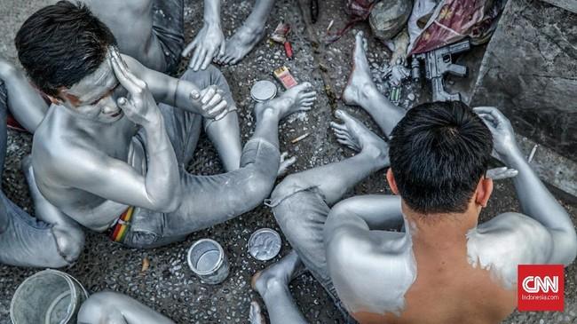 Para patung manusiaperak ini menggunakan minyak sayur sebagai bahan dasar cat. Hal ini dipilih karena minyak sayur dapat menempel dengan baik dan harga yang ekonomis. (CNN Indonesia/Daniela)