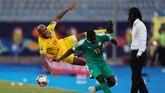 Pemain Benin Emmanuelle Imorou duel dengan pemain Senegal Badou N'Diaye pada laga sengit dua tim di perempat final. (REUTERS/Mohamed Abd El Ghany)