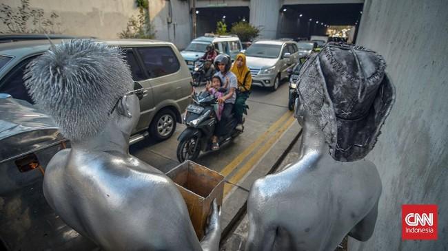 Dalam satu hari, biasanya mereka dapat mengumpulkan setidaknya Rp70 ribu hingga Rp100 ribu di jalanan. (CNN Indonesia/Daniela)