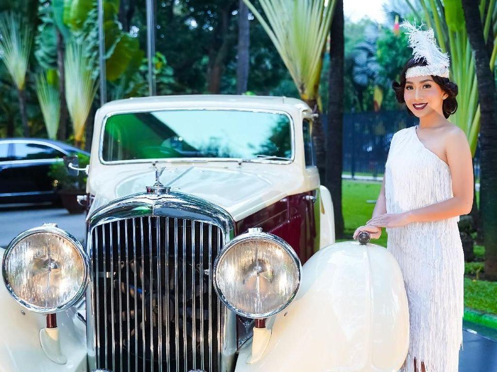 Senyum manis si gadis cantik saat berpose di samping salah satu mobil klasik Bentley, yaitu mobil Bentley 3.5 Liter. Istimewa/Dok. Bentley.