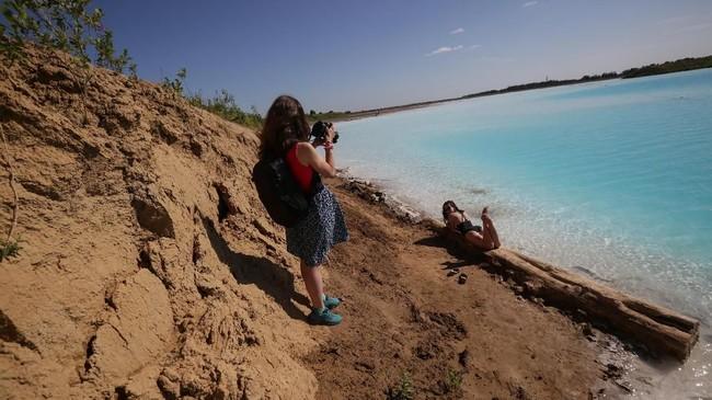 Mereka juga mengimbau agar orang-orang tak bersentuhan langsung dengan airnya yang sudah terkontaminasi limbah. (Photo by Rostislav NETISOV / AFP)
