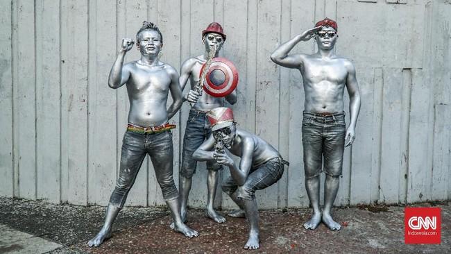 Patung manusiaperakmenggunakan properti seperti kacamata hitam, bunga palsu, hingga senjata mainan untuk melengkapi aksinya. (CNN Indonesia/Daniela)