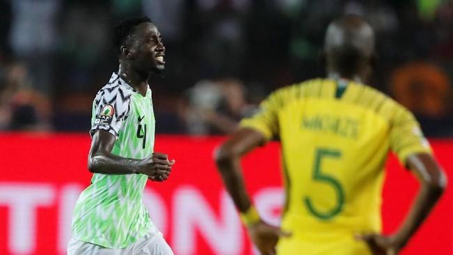 Gelandang Nigeria Wilfred Ndidi tersenyum semringah usai timnya lolos ke semifinal. Nigeria akan menghadapi Aljazair di semifinal. (REUTERS/Amr Abdallah Dalsh)