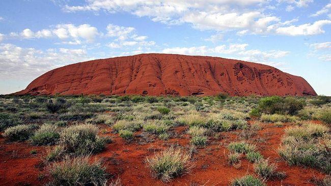 Uluru Diserbu Turis Sebelum Larangan Pendakian Diterapkan