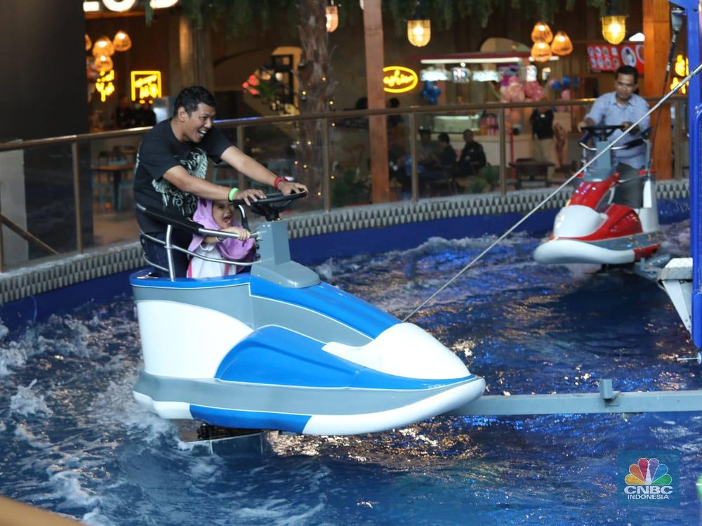 Pengunjung bermain di salah satu wahanaTrans Studio Theme Park di kawasan Trans Studio Mall Cibubur, Jumat (12/7/2019). Hari ini Trans Studio Theme Park resmi dibuka untuk umum.(CNBC Indonesia/Muhammad Sabki)