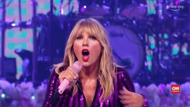 VIDEO: Taylor Swift Sindir Scooter Braun di Konser