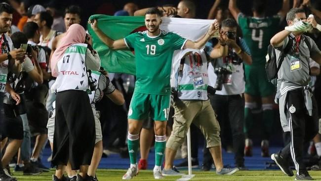 Ekspresi pemain Aljazair Mehdi Abeid usai timnya menyingkirkan Pantai Gading. Laga normal 90 menit dan babak tambahan waktu berakhir 1-1 sehingga dilanjutkan dengan adu penalti. (REUTERS/Mohamed Abd El Ghany)