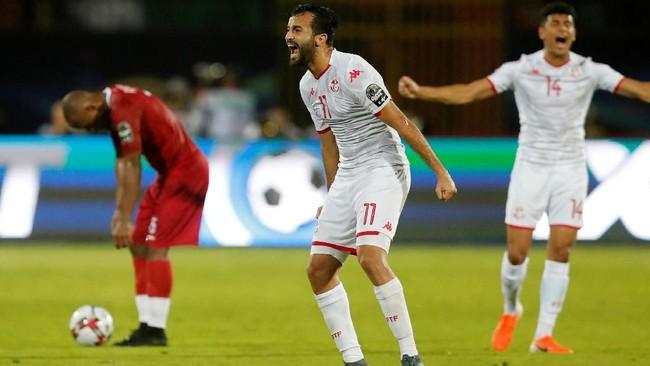 Pemain Tunisia Taha Yassine Khenissi teriak kegirangan usai timnya dipastikan lolos ke semifinal Piala Afrika 2019. Tunisia pada 2004 sukses meraih juara Piala Afrika. (REUTERS/Amr Abdallah Dalsh)