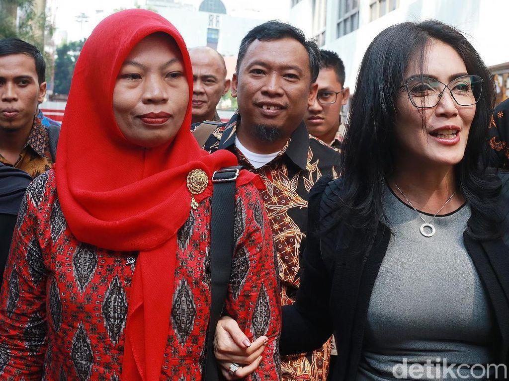 Baiq Nuril mengenakan batik dan kerudung, didampingi Rieke Diah Pitaloka, dan tim pengacaranya mendatangi gedung Kejaksaan Agung (Kejagung), Jakarta, Jumat (12/7/2019).