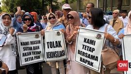 Tolak Rekonsiliasi, Emak-emak Demo di Depan Rumah Prabowo