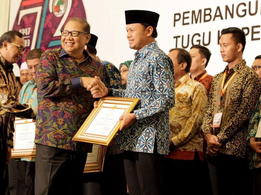 Penghargaan diberikan dalam rangkaian peringatan Hari Koperasi Nasional ke-72 di Purwokerto, Kamis (11/7). Penghargaan ini merupakan bentuk apreasiasi pemerintah terhadap insan koperasi di tanah air. Foto: dok. Kementerian Koperasi