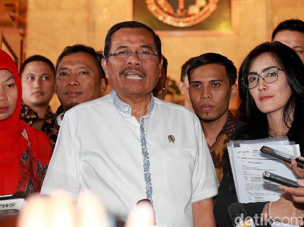 Usai pertemuan tersebut, Jaksa Agung M Prasetyo memastikan menunda eksekusi terpidana kasus pelanggaran ITE, Baiq Nuril. Penundaan dilakukan atas dasar kemanusiaan.