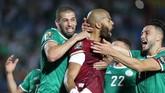 Pemain Aljazair Islam Slimani dan Rais M'Bolhi merayakan sukses mereka lolos ke semifinal usai menyingkirkan Pantai Gading melalui drama adu penalti 4-3. (REUTERS/Suhaib Salem)