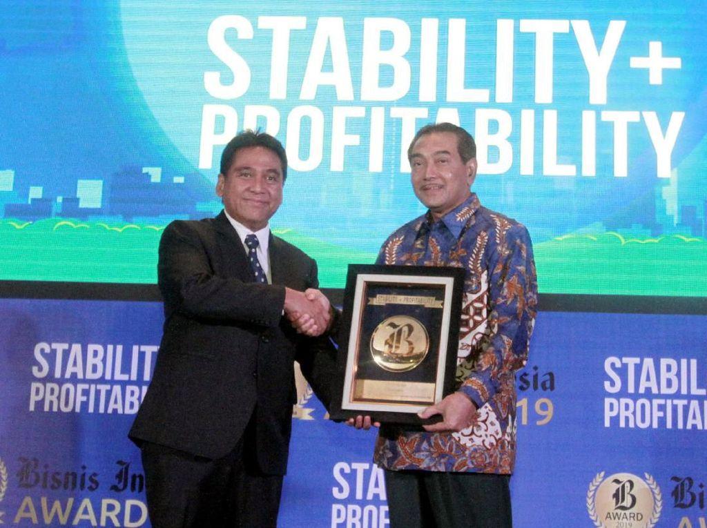 Direktur Utama BRI Suprajarto (kanan) menerima langsung penghargaan dari Komisaris Utama PT Jurnalindo Aksara Grafika, penerbit Bisnis Indonesia Hariyadi Sukamdani (kiri) di Jakarta, Jumat (12/7) malam. Foto: dok. Bank BRI