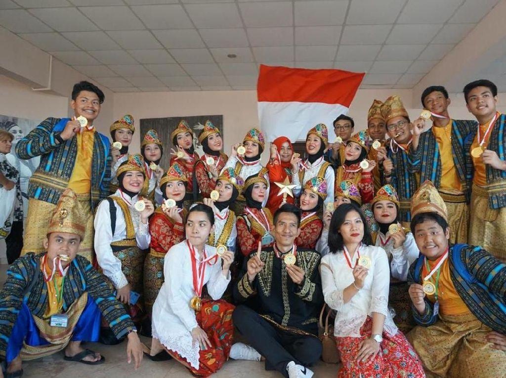 SMAN 70 Jakarta dalam Festival International Art Festival, Golden Water Fall Competition, Kota Batumi, Geogia membawa nama Indonesia bangga dengan berhasil membawa piala dan mendali Grand Prix dalam semua kategori dan Juara 1 dalam kategori Youth folk dance. Pool/Kiny Cultura Indonesia.