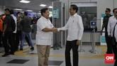 Presiden Joko Widodo (kanan) dan Ketua Umum Partai Gerindra Prabowo Subiantobersalamandi Stasiun MRT Lebak Bulus. (CNN Indonesia/Adhi Wicaksono)