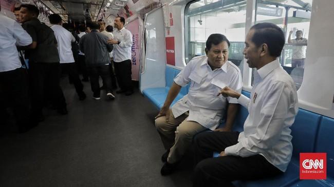 Prabowo bahkan secara gamblang mengaku bangga dengan MRT milik Indonesia. Terlebih saat ia menggunakannya sebagai sarana bertemu dengan Jokowi. (CNN Indonesia/Adhi Wicaksono)