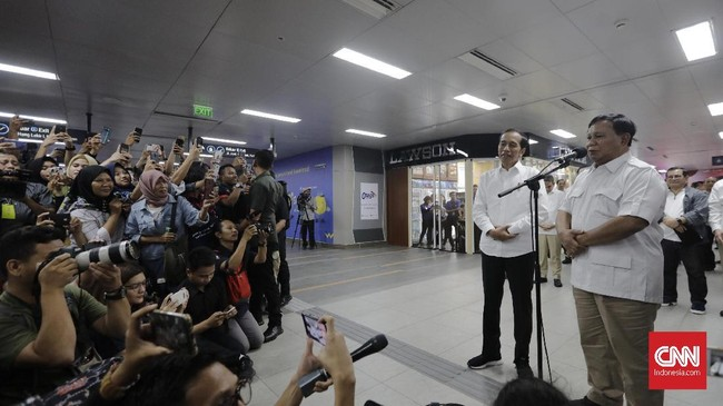 Presiden Joko Widodo (kiri) dan Ketua Umum Partai Gerindra Prabowo Subianto (kanan) memberikan keterangan kepada wartawan di Stasiun MRT Senayan, Jakarta, Sabtu (13/7). (CNN Indonesia/Adhi Wicaksono)