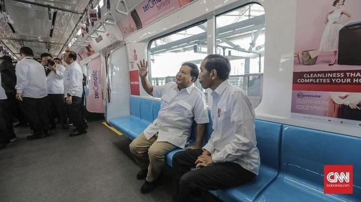 Jokowi dan Ketua Umum Partai Gerindra Prabowo Subianto akhirnya hari ini, Sabtu (13/7/2019). Keduanya bertemu di Stasiun MRT Lebak Bulus.