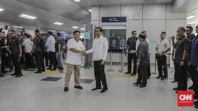 Histeria Warga 'Tonton' Pertemuan Prabowo dan Jokowi di MRT