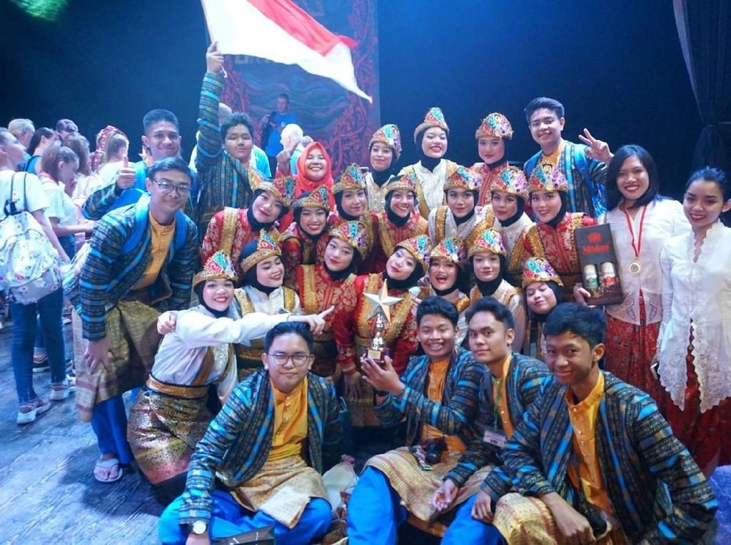 Mereka menampilkan Tari Piring yang dibawakan secara Medley dengan Tari Mirah / Topeng Betawi, Tari Nagekeo Bangkit (NTT) dan tarian Kipah (kipas) dari Aceh yang dibawakan oleh 17 penari putri dan 8 Pemusik Laki-laki Tim Misi Budaya SMA 70 Jakarta. Pool/Kiny Cultura Indonesia.