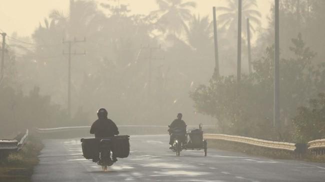 Pantauan Antara, di kawasan Desa Suak Timah, Kecamatan Samatiga, Aceh Barat ketebalan kabut asap yang melanda kawasan ini mengganggu jarak pandang. Jarak pandang terbatashanya50 meter hingga 100 meter. (ANTARA FOTO/Syifa Yulinnas)