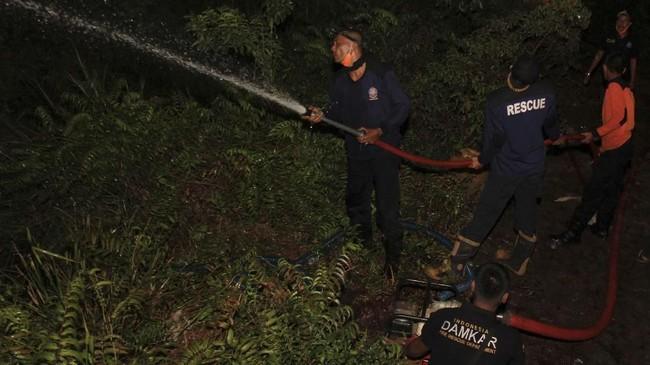 Meski di beberapa lokasi kebakaran lahan telah berhasil dipadamkan, namun karena teriknya matahari juga menyebabkan timbulnya titik api di lokasi baru, sehingga membutuhkan ekstra tenaga agar bisa dilakukan pemadaman.(ANTARA FOTO/Syifa Yulinnas)