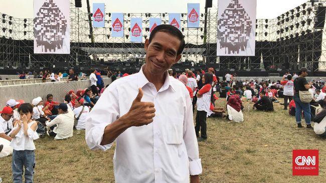 Berebut Foto Bareng Miharja 'Jokowi' di Syukuran Relawan