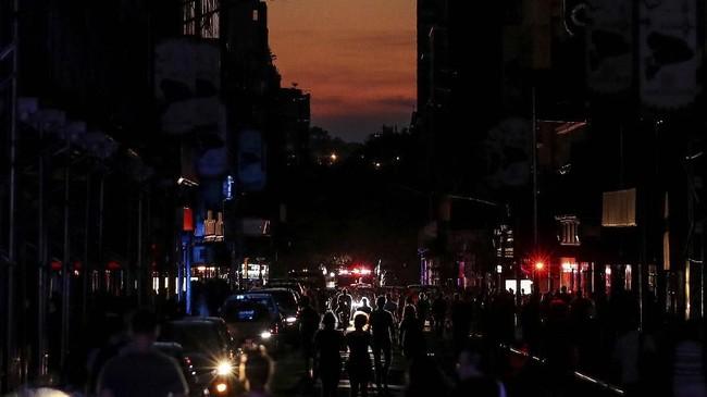 Kebingungan menjadi pemandangan di Manhattan setelah lampu padam di Midtown, Hell's Kitchen dan sebagian besar Upper West Side Sabtu (13/7) malam sekitar pukul 19.20 waktu setempat. (REUTERS/Jeenah Moon)