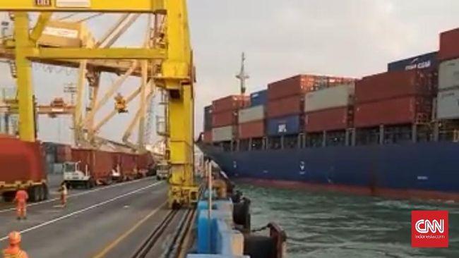 Crane di Tanjung Mas Semarang Ambruk Tertabrak Kapal
